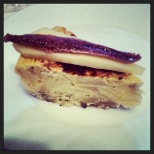 Tapa o pincho de tortilla, queso manchego y anchoa