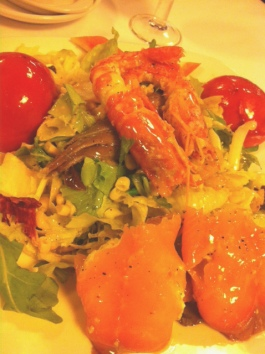 Ensalada de ahumados: mezcla de lechugas, maiz, delicias de cangrejo, tomates confitados, langostinos, anchoas y rollitos de salmón rellenos de salsa.